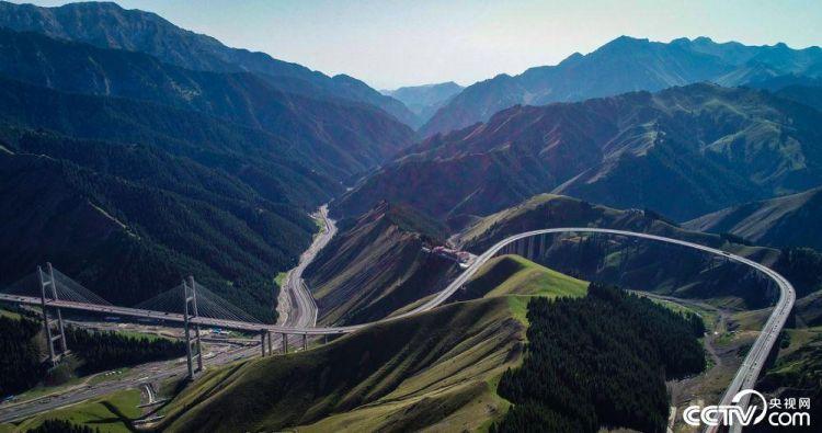 航拍新疆第一高桥 俯瞰神奇果子沟