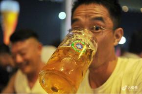 青岛啤酒节上演最后周末狂欢 市民开怀畅饮