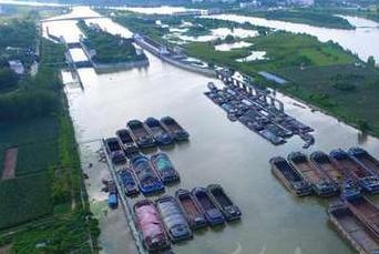 京杭运河枣庄段迎来今年首次泄洪高峰