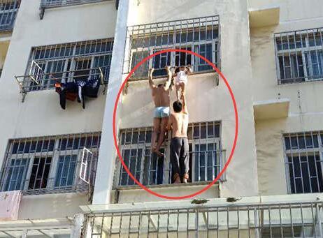 青岛4岁孩童命悬3楼窗外 好邻居连爬两层楼相救