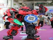 济南开展新能源车展 真人扮机器人引人关注