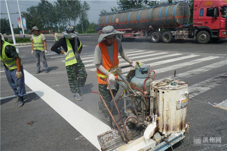 滨州市开发区30余条主次干道更新道路标线