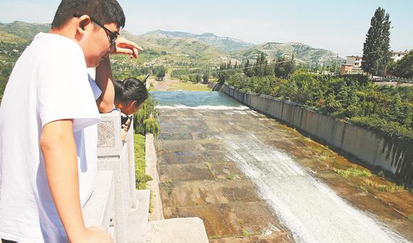 淄博太河水库5年来首次泄洪 多地游客前来见证