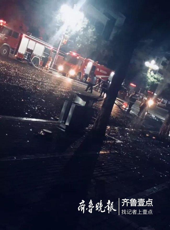 新泰:沿街房煤气罐自燃,路边满地玻璃渣,无人伤亡