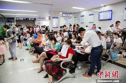 资料图 公安局出入境办证大厅业务火爆 <a target='_blank'  data-cke-saved-href='http://www.chinanews.com/' href='http://www.chinanews.com/'><p  align=