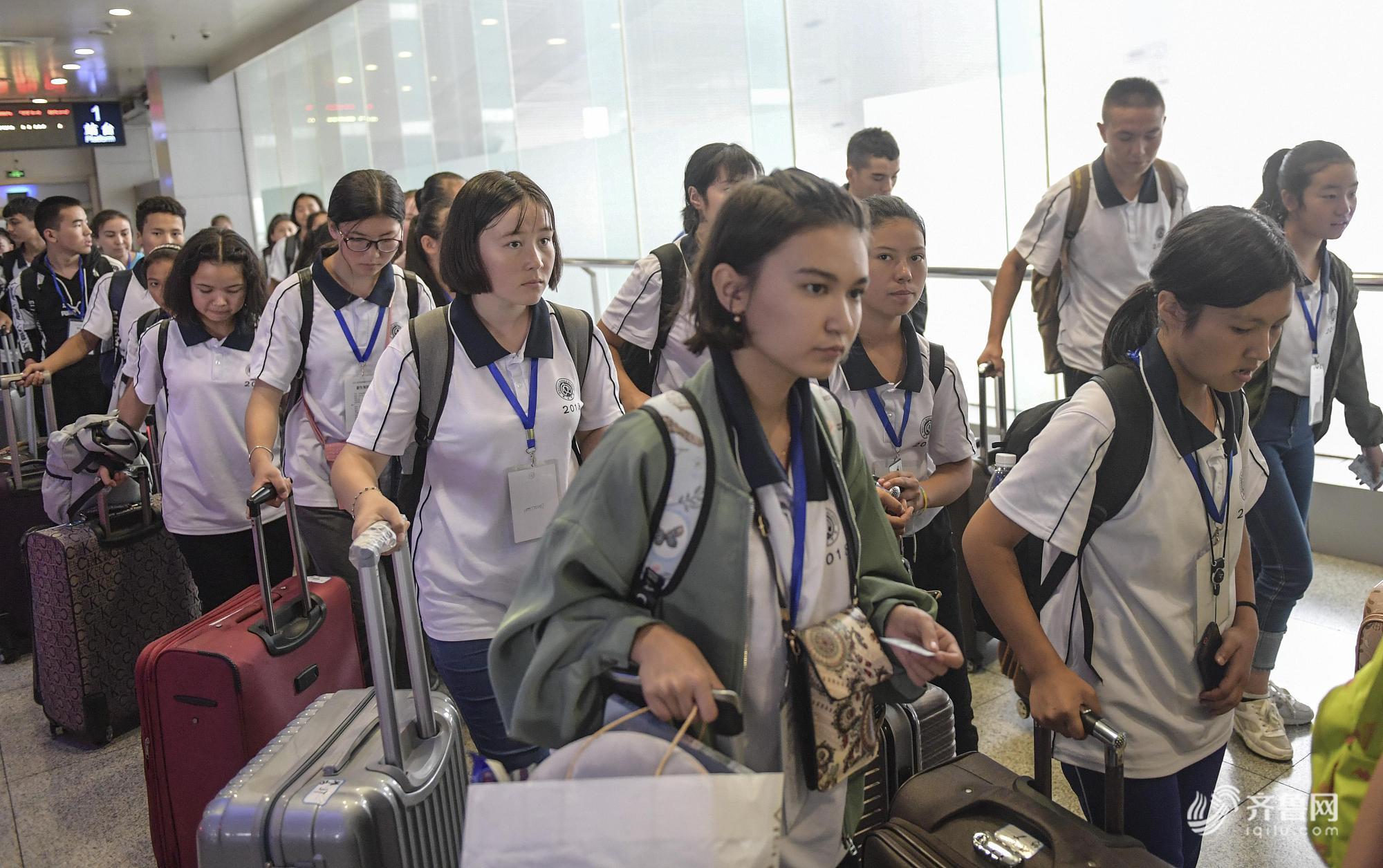 济南火车站迎学生返校客流高峰  众多学生排队候车