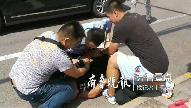 济南一男子白天潜入女厕,偷上厕女子挎包被交警盯上