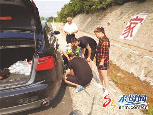 烟台:外地游客驾车高速上爆胎 民警巡逻发现及时救助