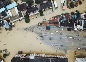 航拍广东惠州水灾 武警等多部门连夜奋战