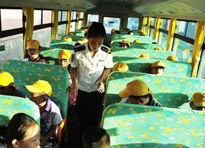 开学季! 实拍青岛乡村小学生首次乘坐校车