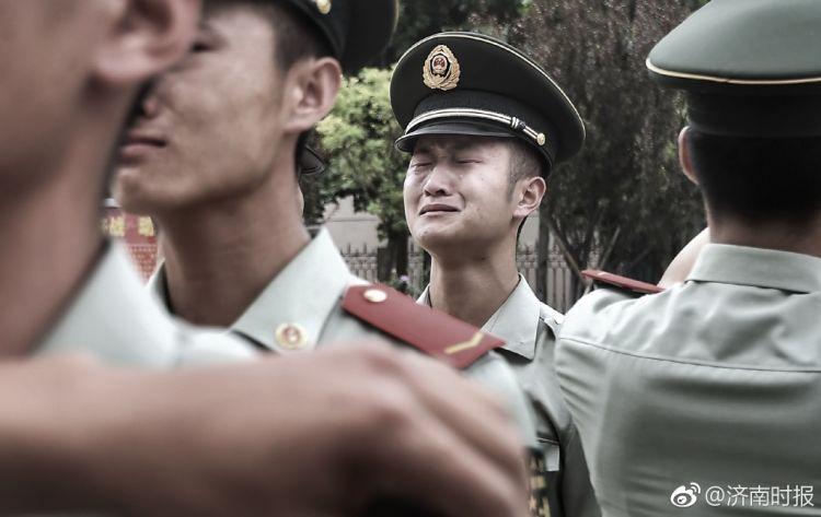 济南武警战士退伍,离别现场泪水难忍