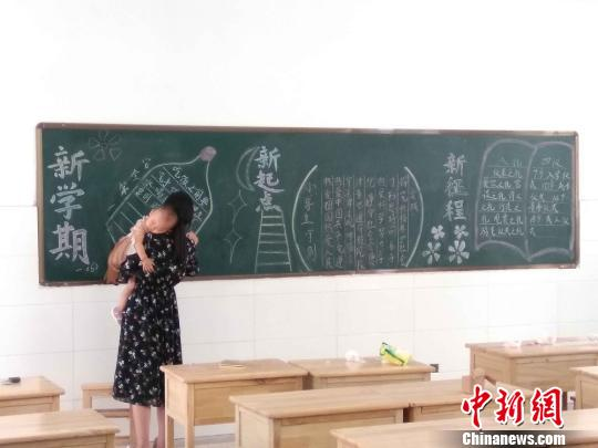 江苏东海一女老师抱娃出黑板报走红网络 网友赞敬业