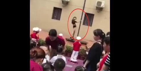 幼儿园开学典礼演钢管舞 园长被免职