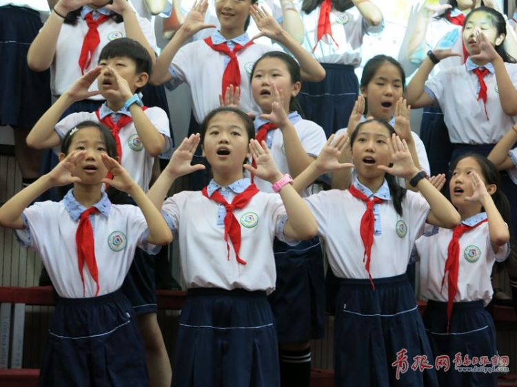 崂山区第二实验小学合唱团学生现场表演_副本.jpg