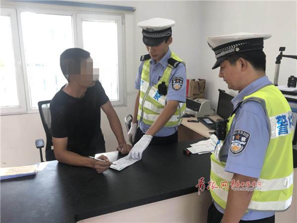 青岛一男子遇交警先换座后逃跑 一查竟是网上在逃人员