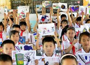 """聊城小学生创意涂鸦宣传""""扫黑除恶"""""""