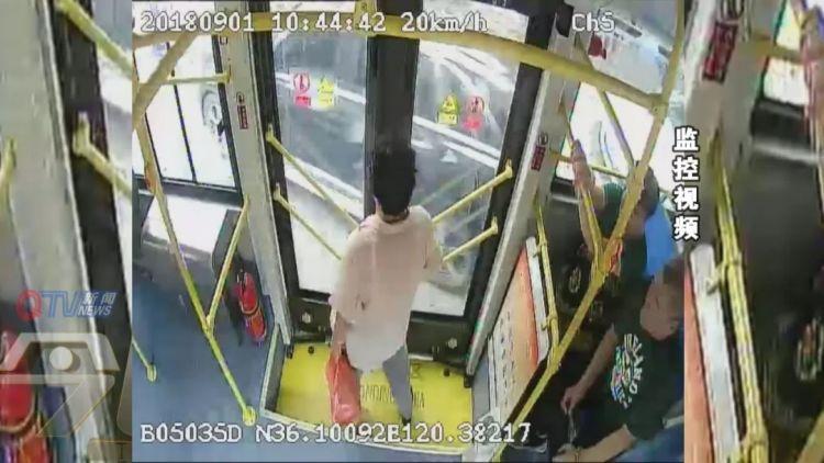 坐青岛221路公交的这位阿姨,请把别人手机还回来!监控拍到你了