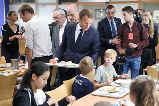 """法国中小学""""开学第一课"""":禁手机、查身体、育良习"""