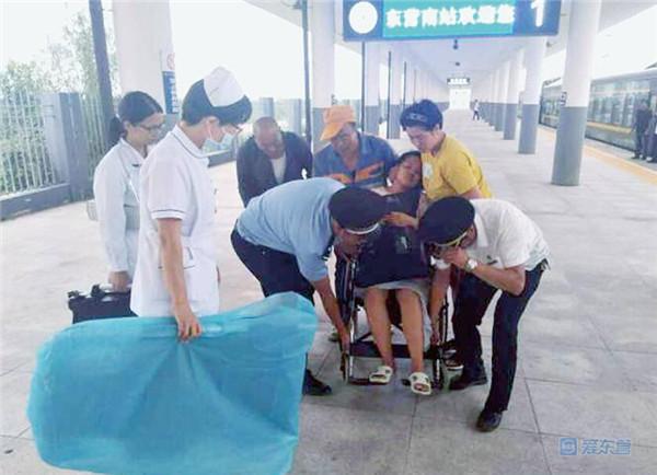 孕妇突发疾病 东营民警抬轮椅送医