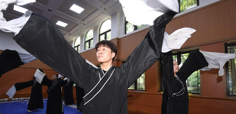 矢志追梦:越剧学校里的唯一男小生