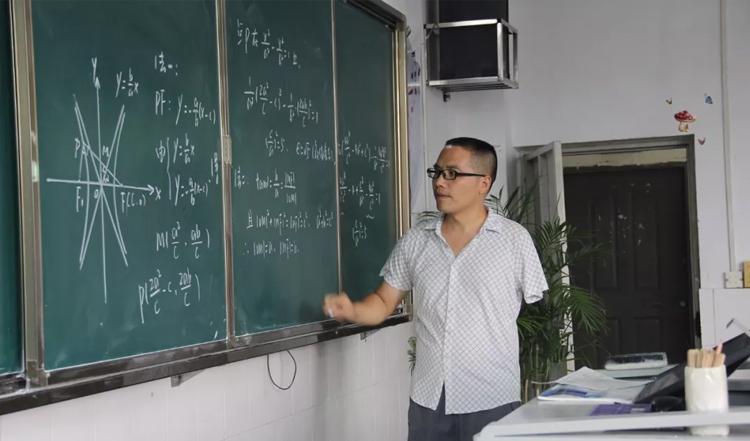 """""""独臂老师""""回母校教书:和当年老师一样,不放弃任何学生"""