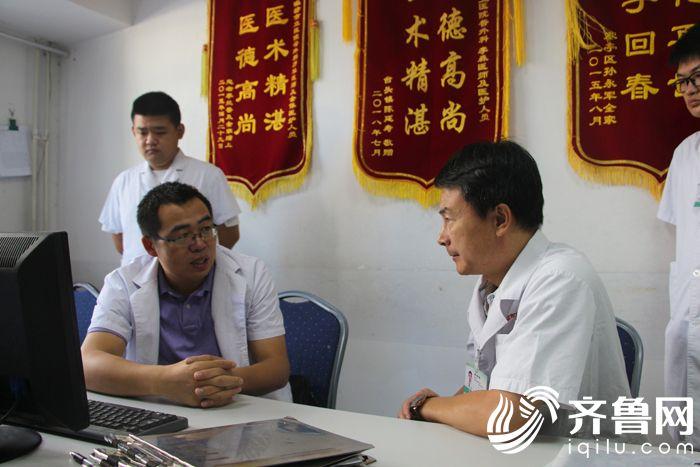 泌尿三科副主任王金(左一)与医院副院长、泌尿外科主任解鲁明交流中