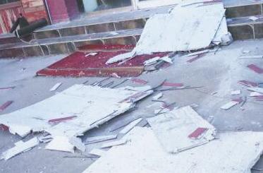 张店城区一商铺大片墙砖脱落砸中楼下摩托车 所幸无人受伤