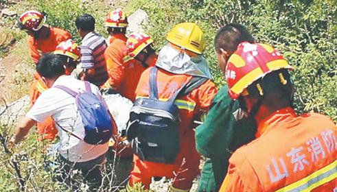 53岁女子突发疾病被困深山 淄博消防官兵徒步展开救援