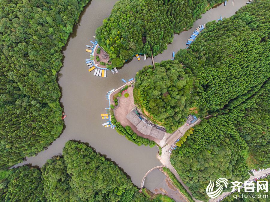俯瞰四面山的大洪海景区。