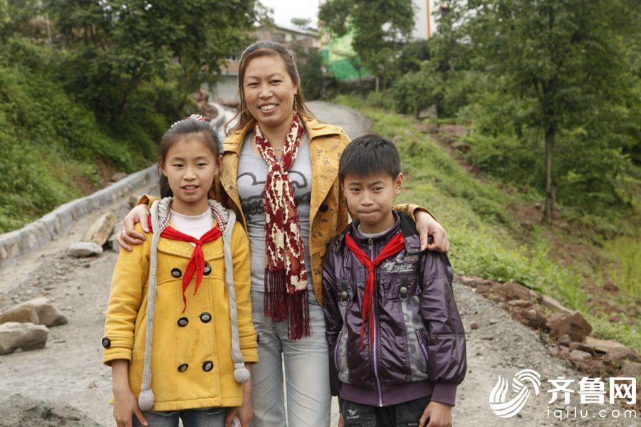 """重庆双胞胎村的""""龙凤胎""""姐弟。"""