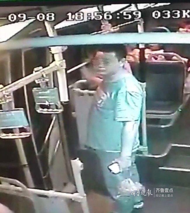 @视频中这位男子,捡到了的手机别忘了还回来
