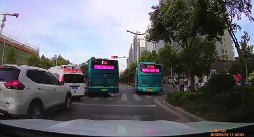 济南俩公交车集体闯红灯礼让救护车 车上是身患重症的新生儿