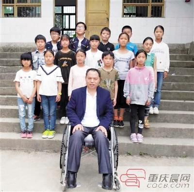 """""""轮椅教师""""余国安:为了学生我会一直坚持"""