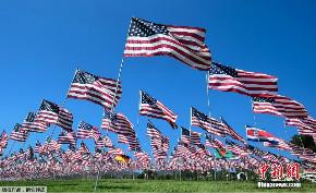 """美国大学树起2997面国旗 悼念""""911""""恐袭遇难者"""