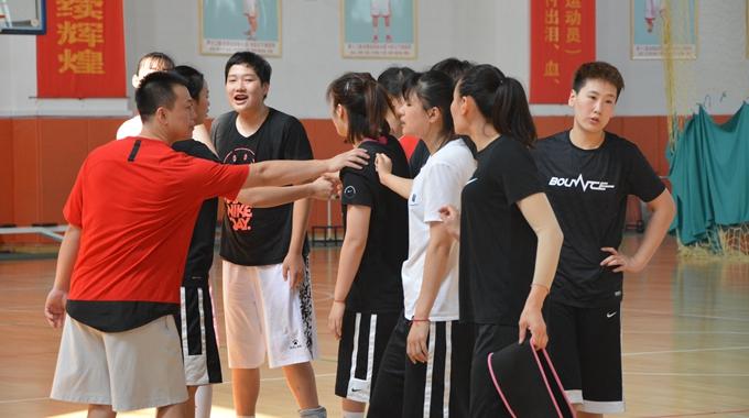 探访山东女篮备战训练 女篮姑娘韧劲足