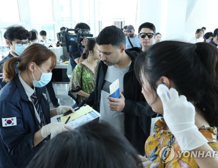 男子带MERS病毒入境韩国 同机30名外国游客去向不明