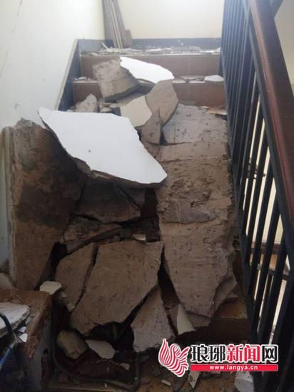惊!临沂沂龙湾润园小区楼梯水泥掉落住户心慌慌