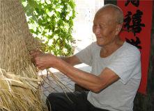 莒县石井二村编蓑衣传承百年 75岁老人仍然坚守
