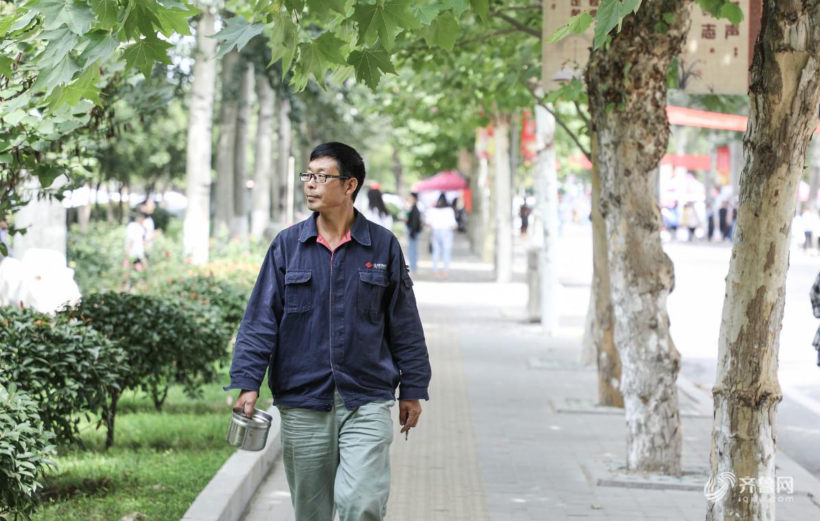 济宁51岁泥瓦匠带着刷墙工具上学 圆了30年的大学梦