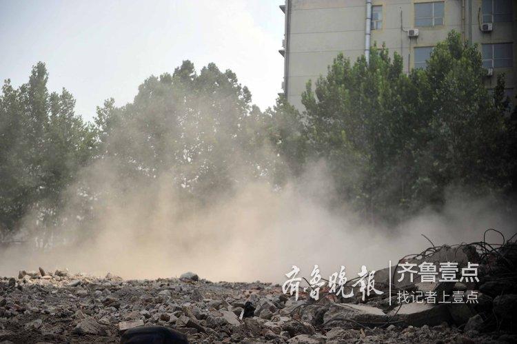 济南一小区拆楼现场:尘土飞扬