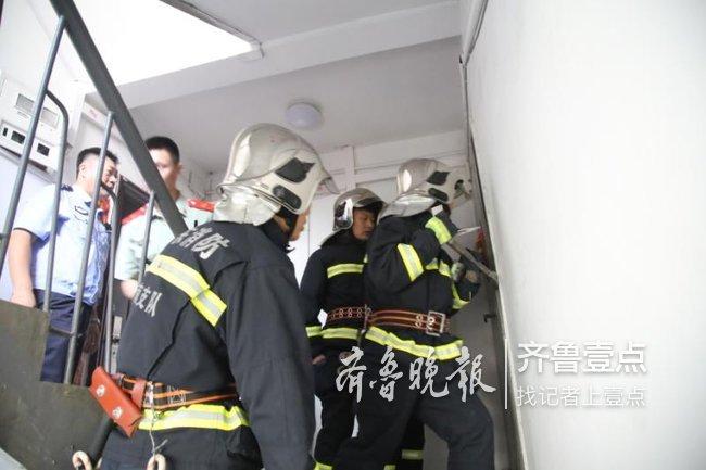济南一居民家中无人突然着火,交警消防紧急破门灭火