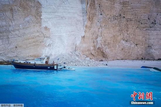 希腊旅游胜地岩石塌方致游船倾覆 致一名妇女受伤