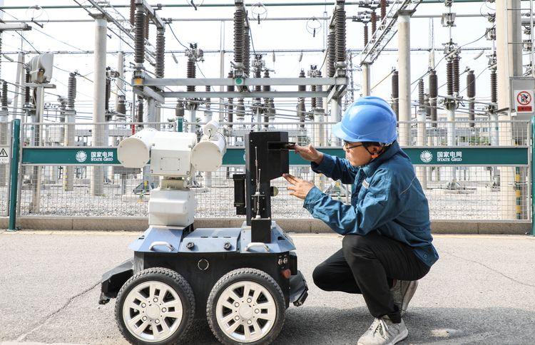 """济宁:智能巡检机器人 供电部门的""""安全卫士"""""""