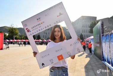 """山东艺术学院迎来新生报到 """"00后""""颜值爆表"""