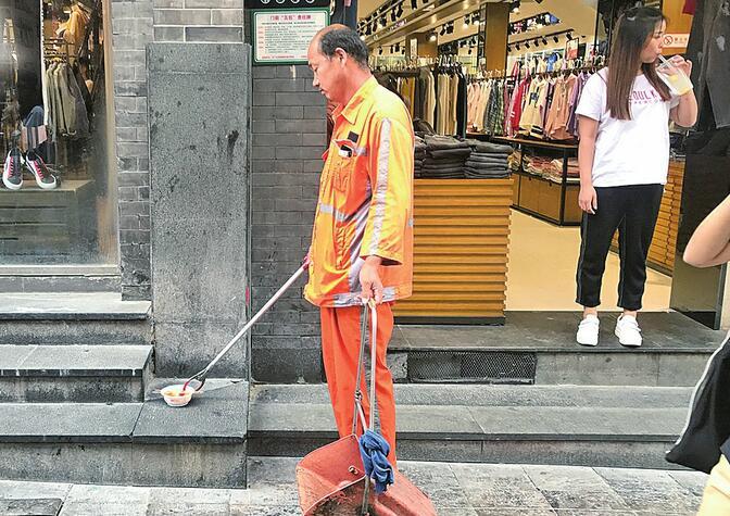 """济南烟头收集神器""""上岗""""半年,清洁工轻松不少"""