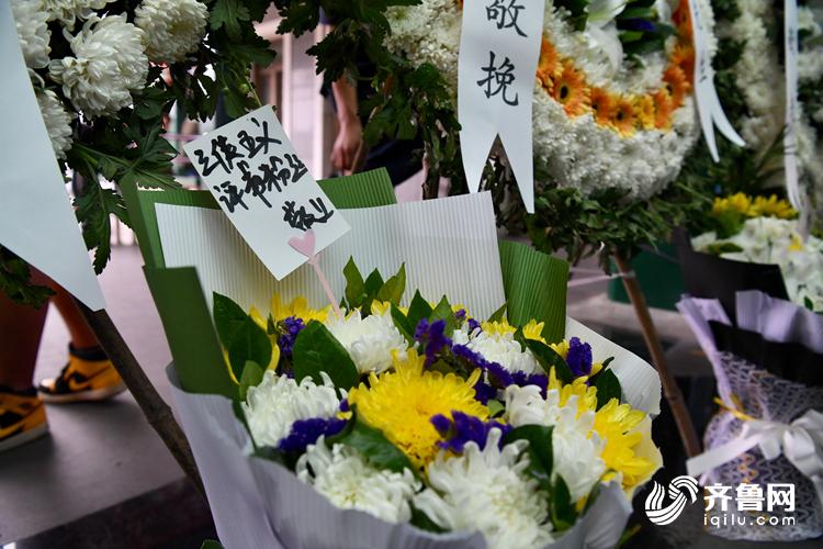 鲜花、挽联、雕塑......单田芳先生的评书粉丝们从全国各地赶来参加告别仪式,用自己的方式回馈评书大师。