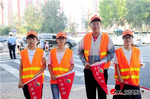 济南中学青年志愿者站岗执勤 倡导文明出行