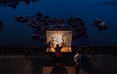 夜色朦胧 非遗传人表演水上皮影戏