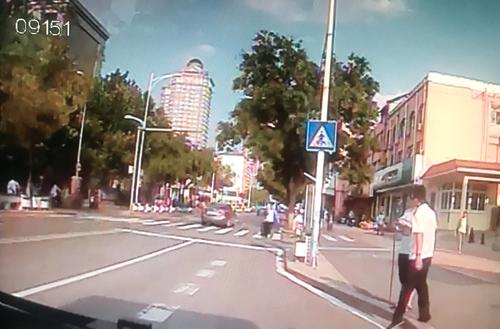 盲人被公交吓退不敢过马路 司机下车把他扶过街