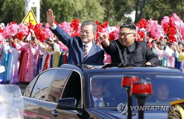 韩媒:朝韩领导人第一次乘车巡视 平壤民众沿路欢呼祖国统一